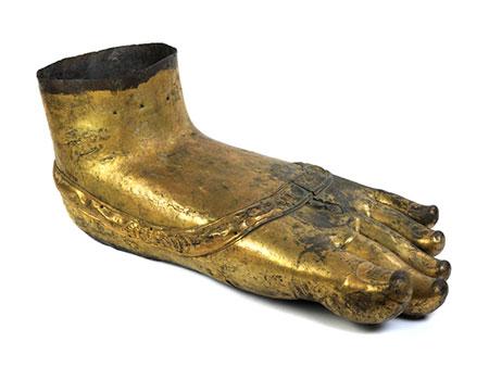 † Weit überlebensgroßer linker Fuß einer Buddhafigur
