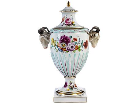 Große Porzellan-Deckelvase im Louis XVI-Stil