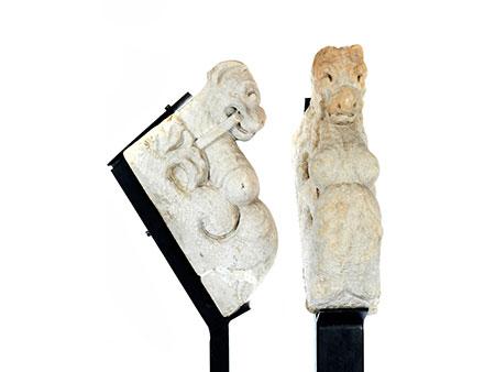Paar Steinkämpfer in Form von Fabelwesen