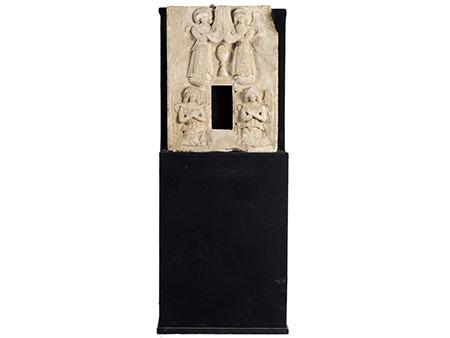 Museale Tabernakelfront in Stein mit gemeißelten Hochrelieffiguren von flankierenden Engeln