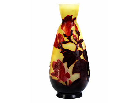 """Glasvase mit Magnoliendekor, bezeichnet """"Gallé"""""""