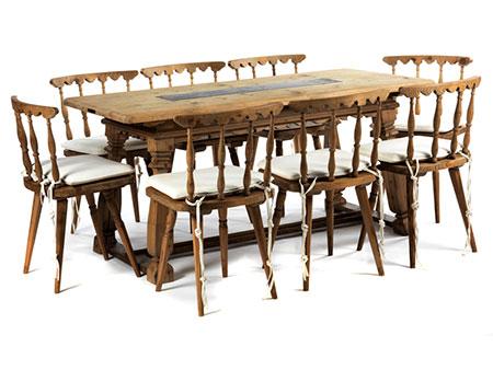 Tisch und acht Stühle