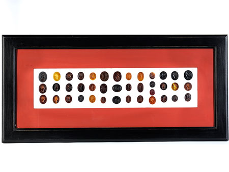 Schaukasten mit einer Sammlung von 39 ovalen Gemmen