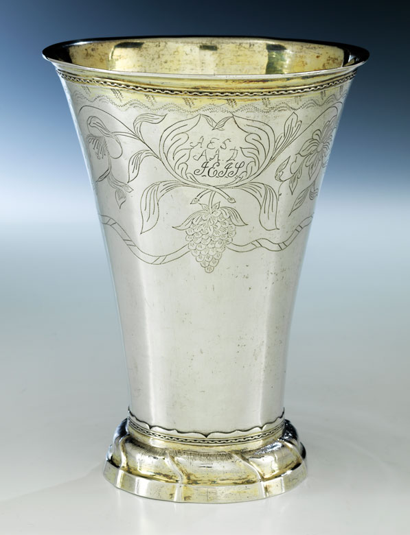 † Hoher Silberbecher aus Uppsala