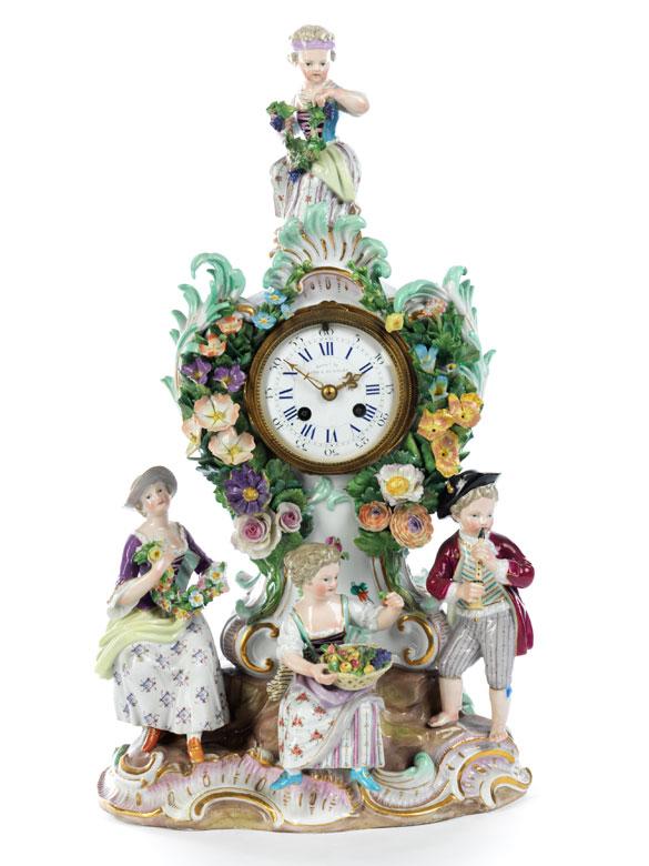 Porzellanuhr mit Flötenspieler, Obst- und Blumenverkäuferinnen