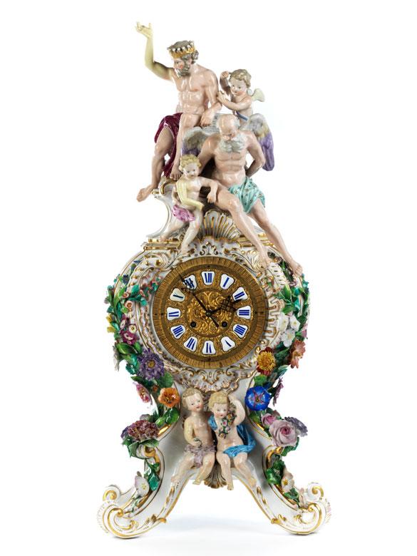 Porzellanuhr mit Zeus und Chronos sowie Puttendekor