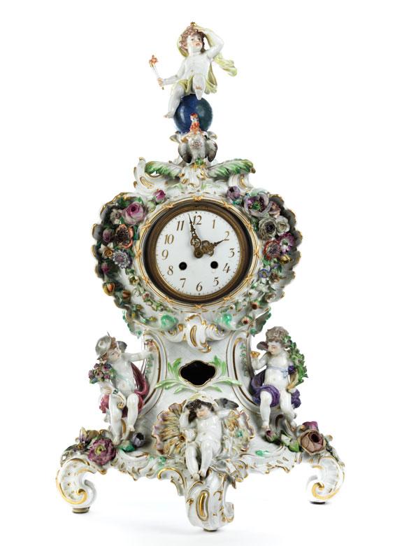 Porzellanuhr mit allegorischem Dekor