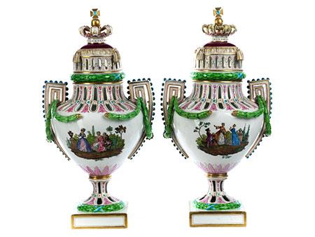 Paar große Meissener Deckelvasen im Louis XVI-Stil