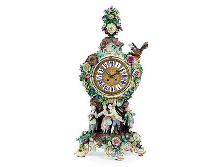 Porzellanuhr mit galanter Szene, Blumenbouquet und Adler