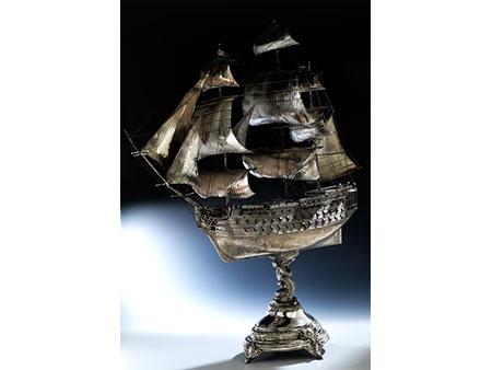 Großer Tafelaufsatz als Silberschiff