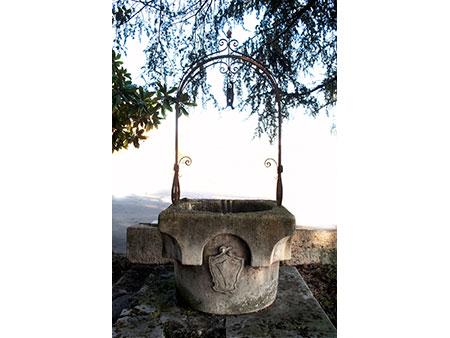Steinbrunnen mit Wappen