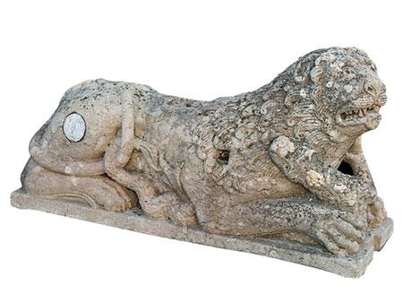 Steinfigur eines Löwen