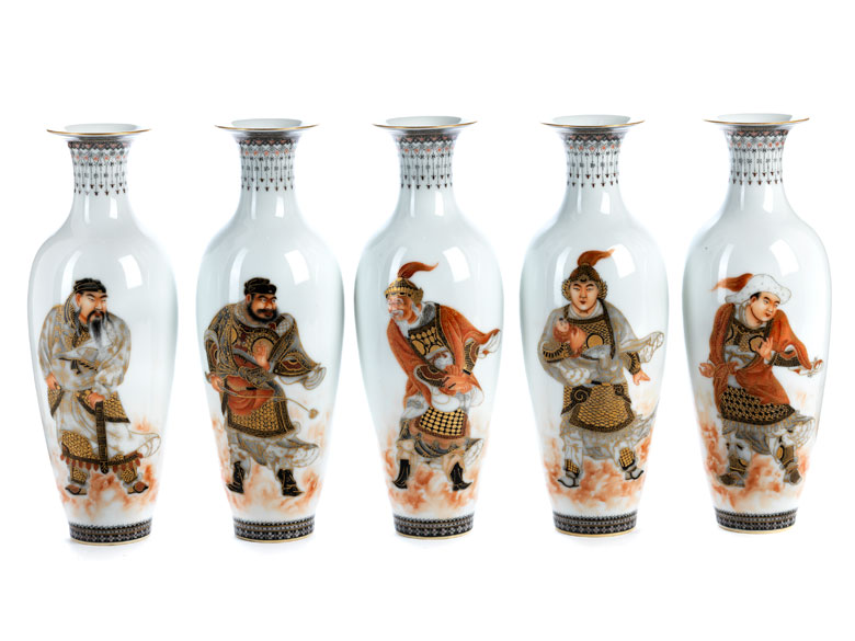 Satz von fünf figürlich bemalten chinesischen Vasen