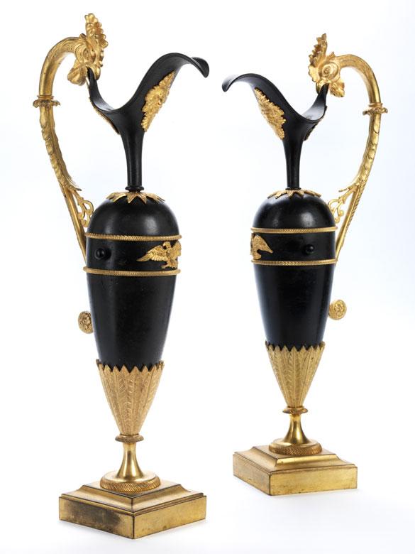 Paar dekorative klassizistische Henkelkannen