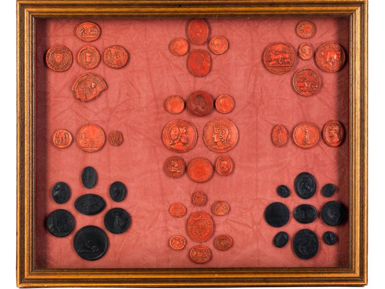 Schaukasten mit 51 rot oder schwarz gefärbten Siegelabdrücken