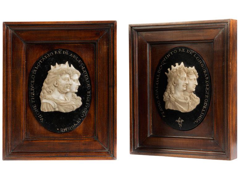 Paar Herrscherbildnisse in Marmorreliefarbeit über schwarzer hochovaler Marmorplatte mit Umschriften