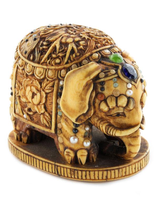 Japanische Shibayama-Netsukein Form eines Elefanten