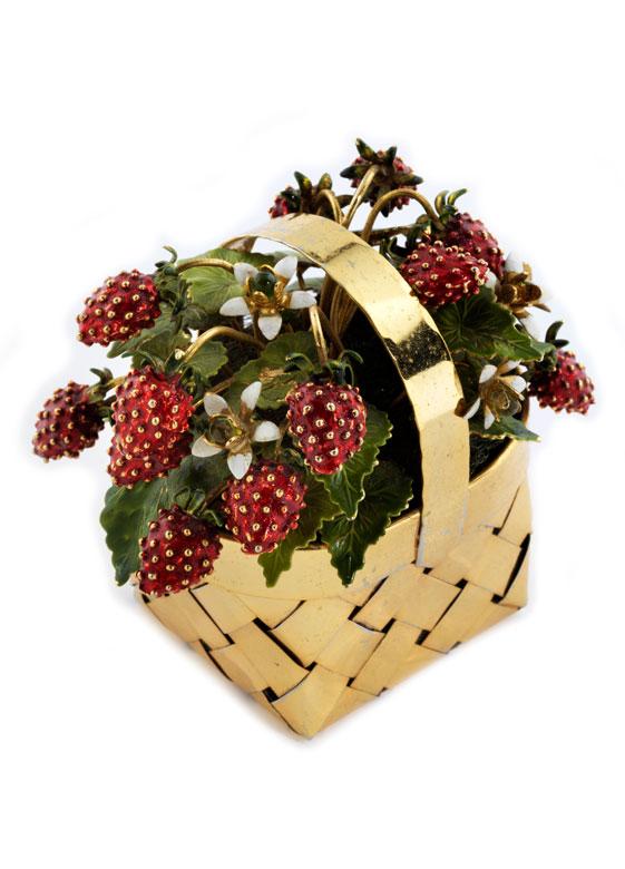 Kleiner Zierkorb in vergoldetem Silber mit Tragehenkel, Blütenblättern und Erdbeerfrüchten