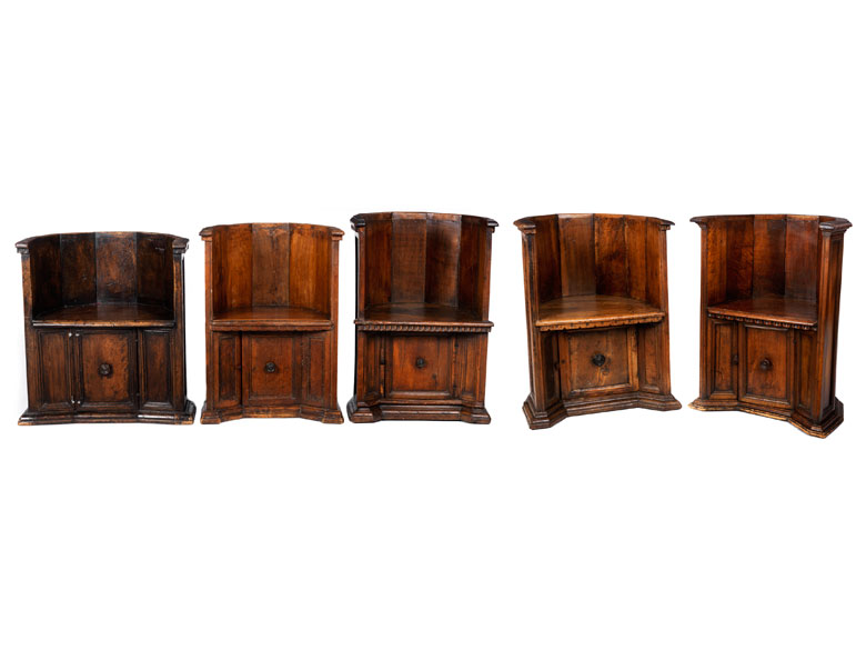 Fünf Stühle, sog. poltrona a pozzetto