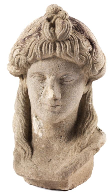 Antikisierender Frauenkopf in grauem Sandstein