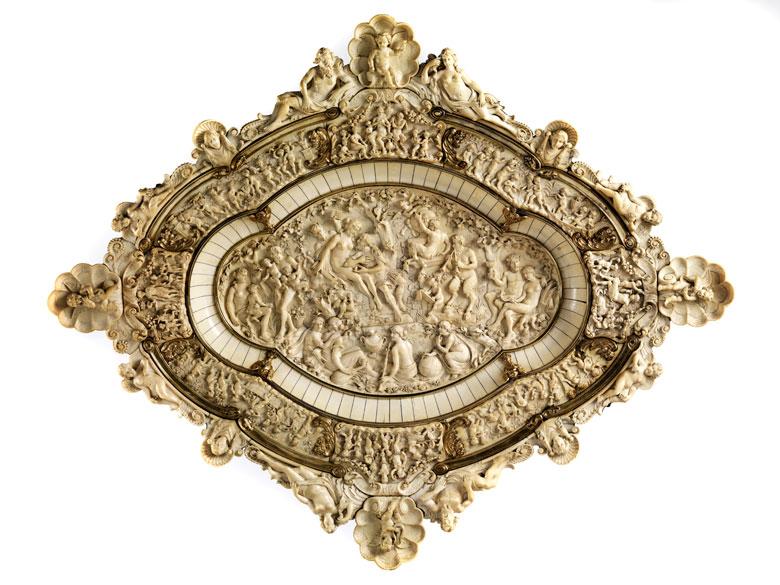 Prachtvolle große Schauplatte in Elfenbein mit vergoldeten Silberapplikationen