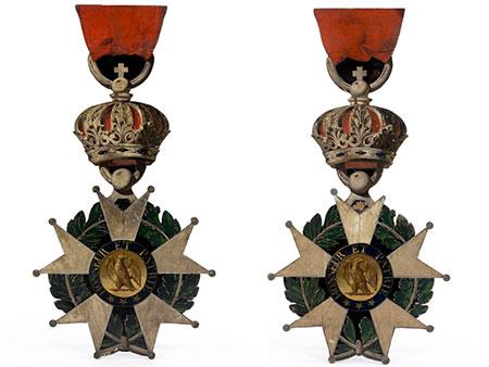 Paar überdimensionale, hölzerne Wanddekorationen in Form von Orden der Légion d´honneur
