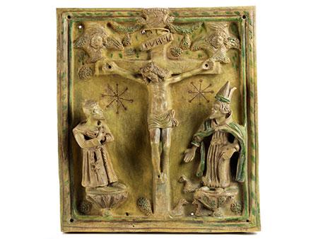 Glasiertes Tonrelief mit Darstellung des Kreuzes Christi zwischen zwei Heiligenfiguren