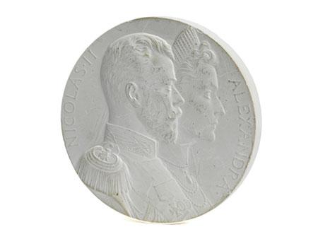 Rundes Portraitmedaillon mit Büstendarstellung von Zar Nikolaus II sowie seiner Gattin Alexandra