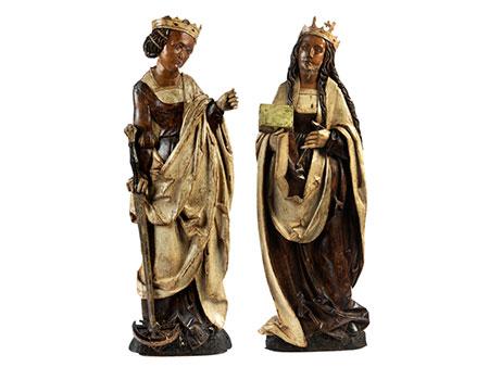 Paar im Hochrelief geschnitzte weibliche Heiligenfiguren