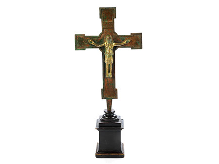 Museales Bronzekreuz des 14. Jahrhunderts