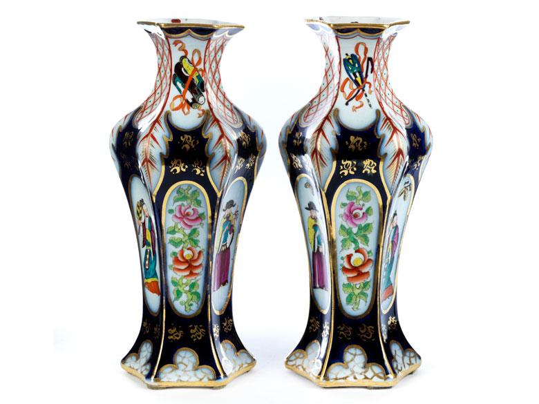 Paar französische Chinoiserie-Porzellanvasen