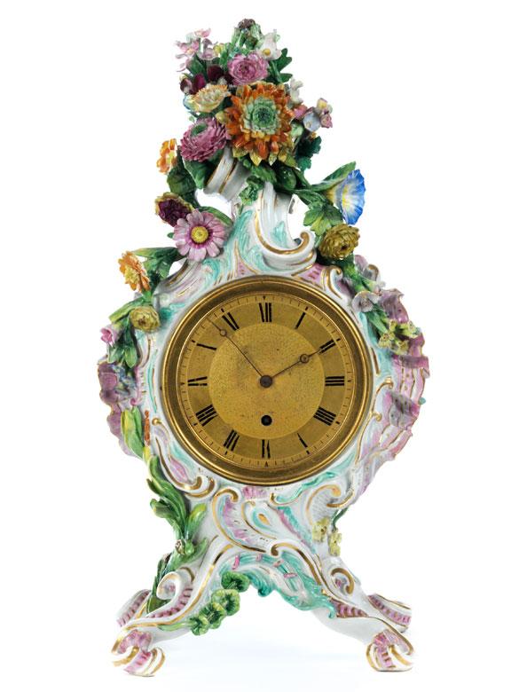 Porzellanuhr mit floralem Dekor