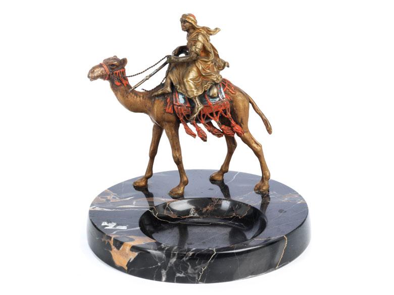 Aschenbecher mit Wiener Bronze eines orientalischen Jägers auf Kamel