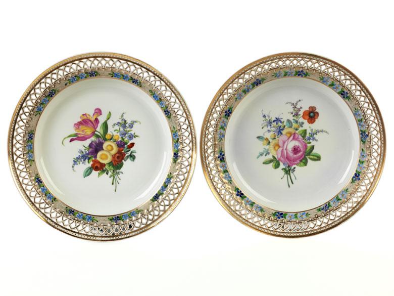 Paar KPM-Teller mit floralem Dekor