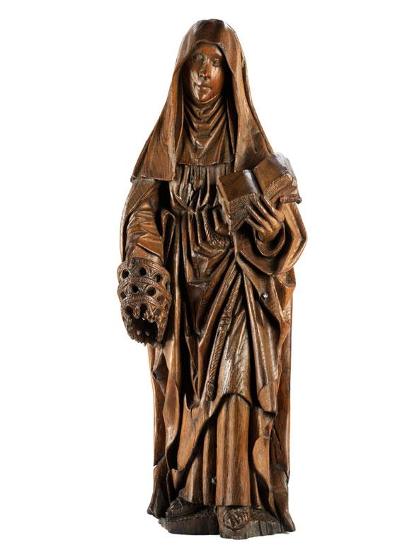 Spätgotische Schnitzfigur einer heiligen Nonne mit Buch und drei Kronen als Attribut