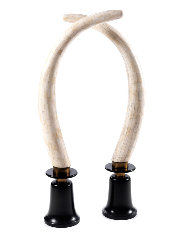 Paar Holzskulpturen mit Kamelknochenauflagen