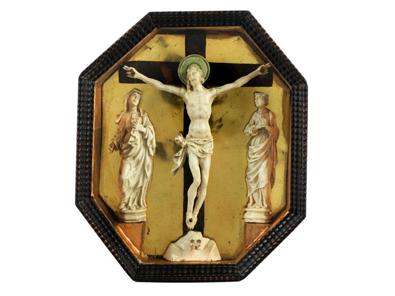 Museales Andachtskästchen mit Kreuzgruppe in Elfenbein