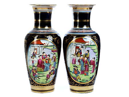 Paar Chinoiserie-Porzellanvasen