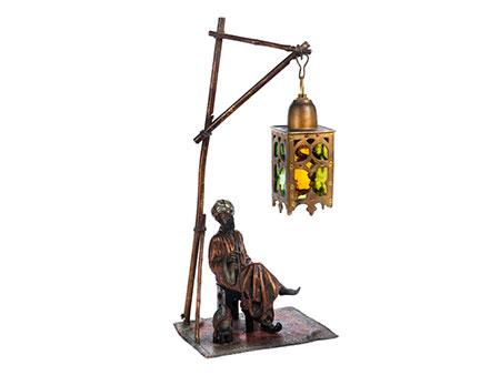 Wiener Bronze eines Rauchers unter einer Lampe