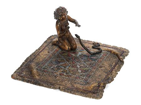 Wiener Bronze einer Schlangenbeschwörerin