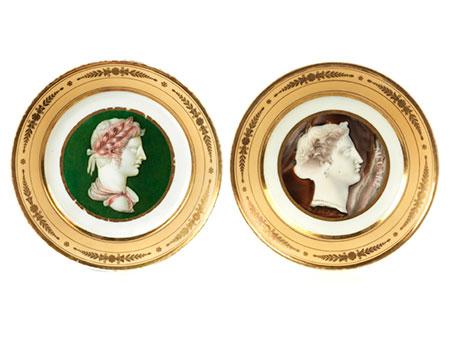 Paar Teller mit Profilbüsten-Dekor