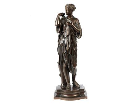 Bronzeskulptur Junge Frau in antikem Gewand