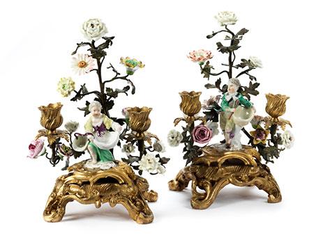 Paar Rokoko-Tischkerzenleuchter mit Meissen-Figürchen