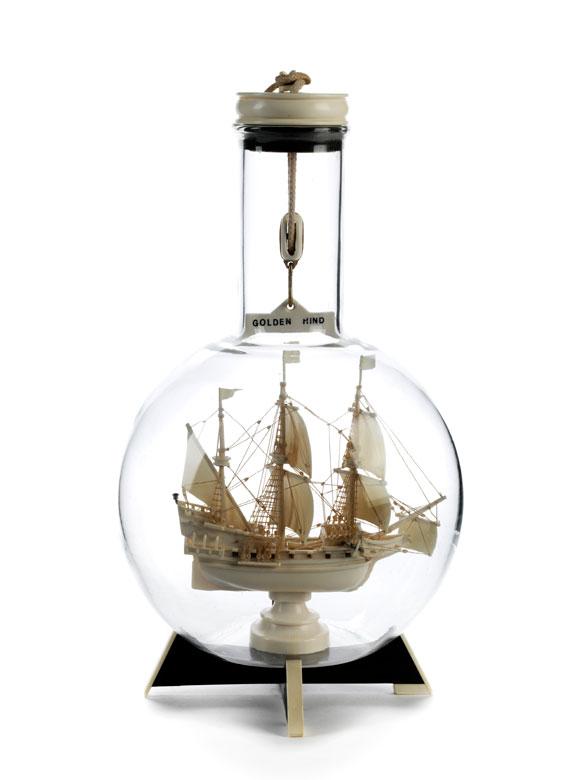 Flaschenschiff aus Elfenbein