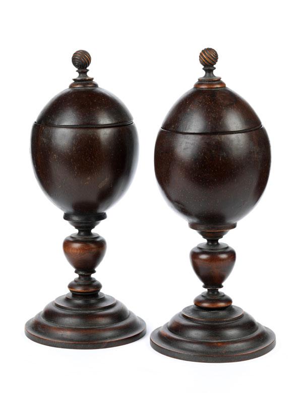 Paar Kokosnussdeckelpokale