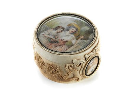 Feine Elfenbeindose mit Miniaturen