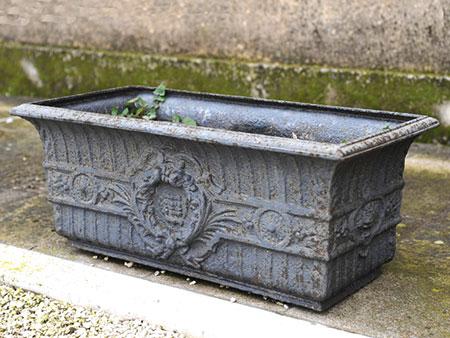 Paar gusseiserne, antikische Blumenbehälter