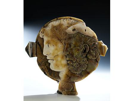 Musealer Relief-Tondo in mehrfarbigen Onyx
