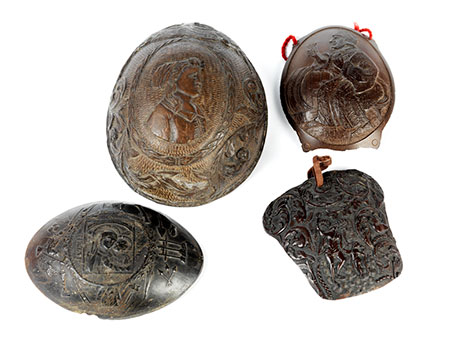 Vier Kokosnussschnitzereien