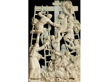 Elfenbein-Reliefschnitzerei mit Darstellung der Kreuzabnahme Christi in vergoldetem Kastenrahmen